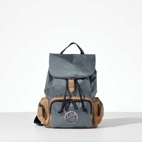 Mr. Grey Back pack με καπάκι από αδιάβροχο ύφασμα σε γκρι χρώμα